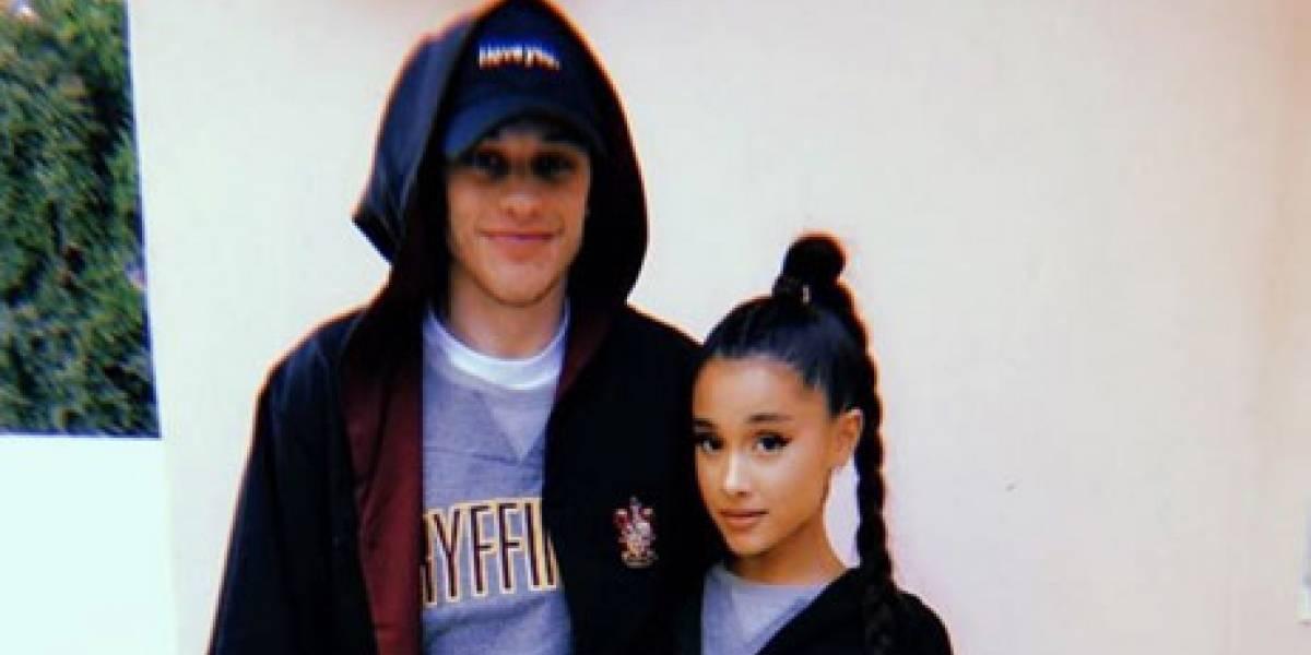 Após rumores, Ariana Grande esclarece que não está grávida de Pete Davidson