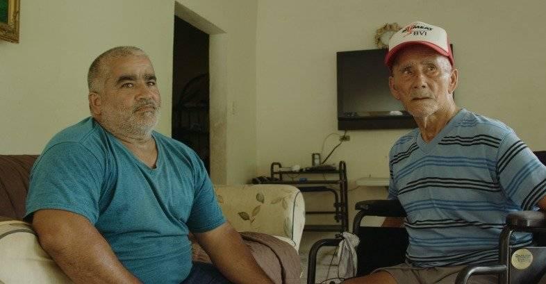 Carlos López junto a su padre, paciente de cáncer, reside en el barrio Caonillas de Utuado donde todavía no tienen servicio de energía eléctrica.