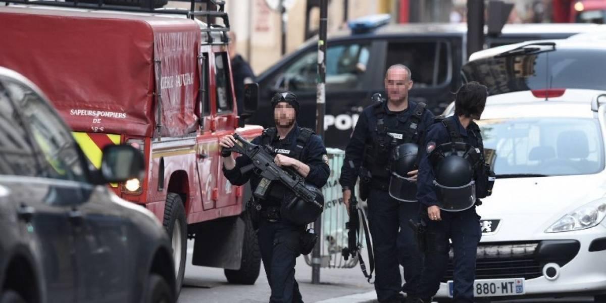 París: Policía libera a dos rehenes retenidos por un hombre armado