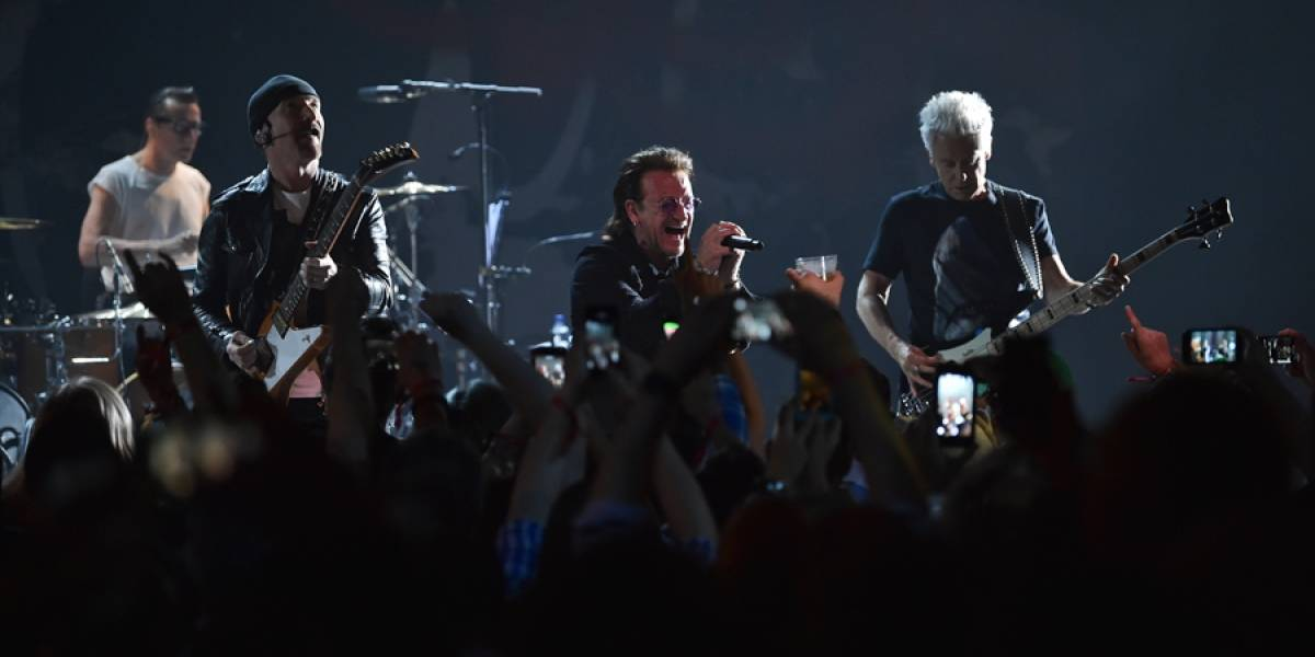VIDEO. U2 dedica canción a Anthony Bourdain en el Apollo