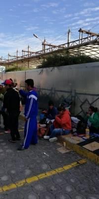 Inmigrantes pernoctan en el Terminal Terrestre de Carcelén en Quito