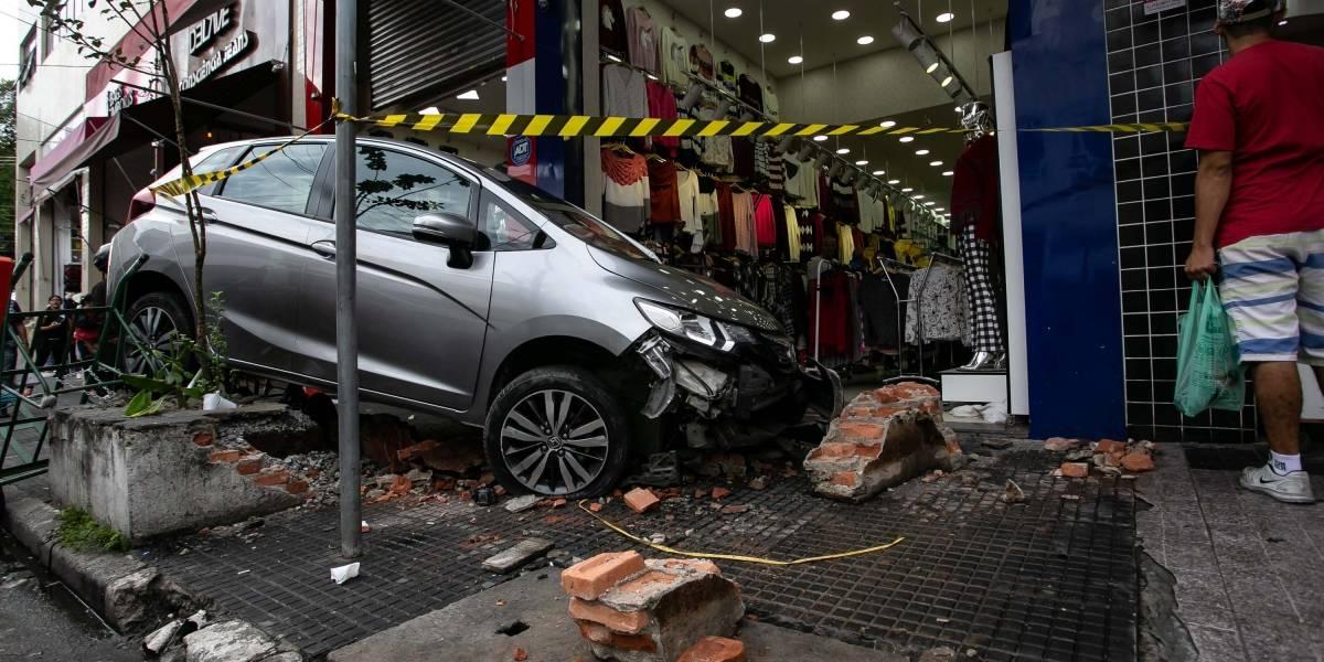 Idoso perde controle de carro e atropela dois no centro de São Paulo