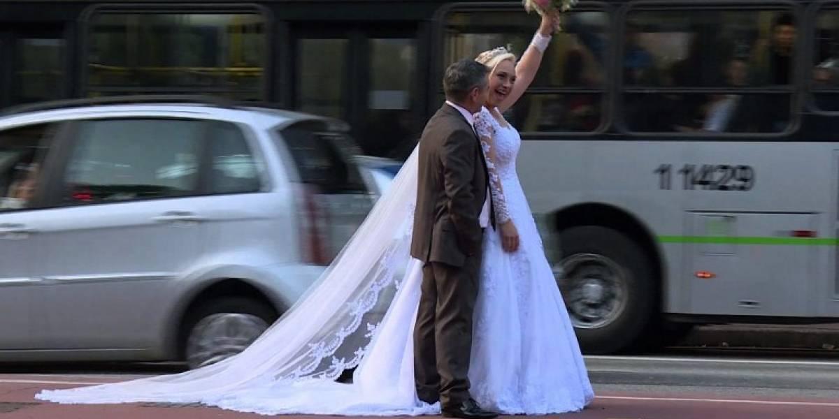 Pareja de brasileños viaja por el mundo tomándose fotos de boda