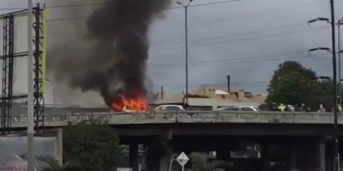 Video: emergencia en puente vehicular del norte de Bogotá por taxi incendiado