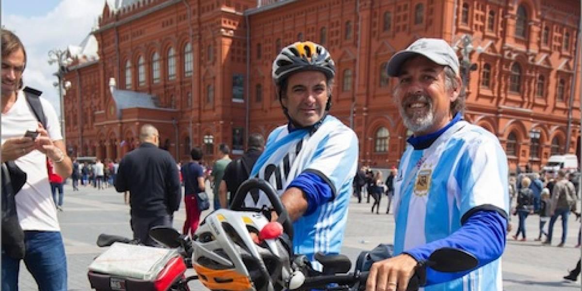Aficionados argentinos llegan a Rusia 2018 en bicicleta