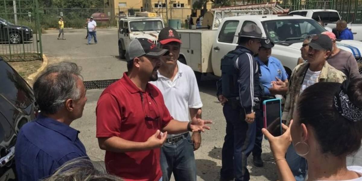 Alcalde de Utuado bloquea paso a camiones de la AEE