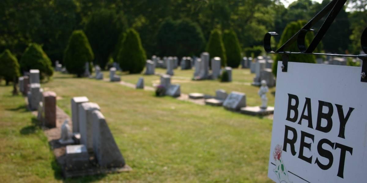 Bebé es rescatado después de ser abandonado entre dos tumbas en un cementerio