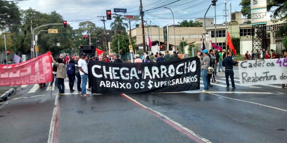 Alunos e professores da USP fazem protesto e bloqueiam vias