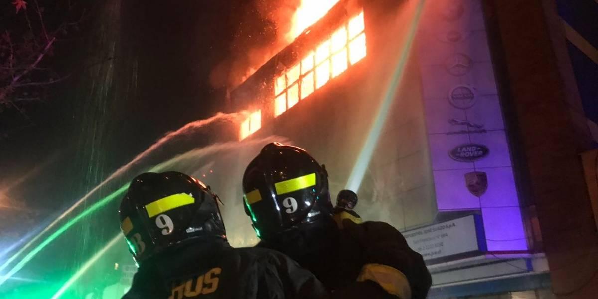 En Av. 10 de Julio y San Francisco: Poderoso incendio y explosiones siembran alarma en Santiago Centro