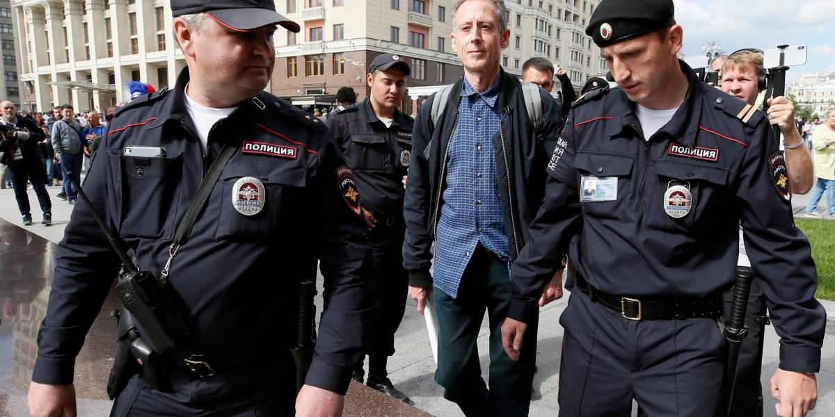 Ativista britânico gay é detido por protestar contra Putin em Moscou