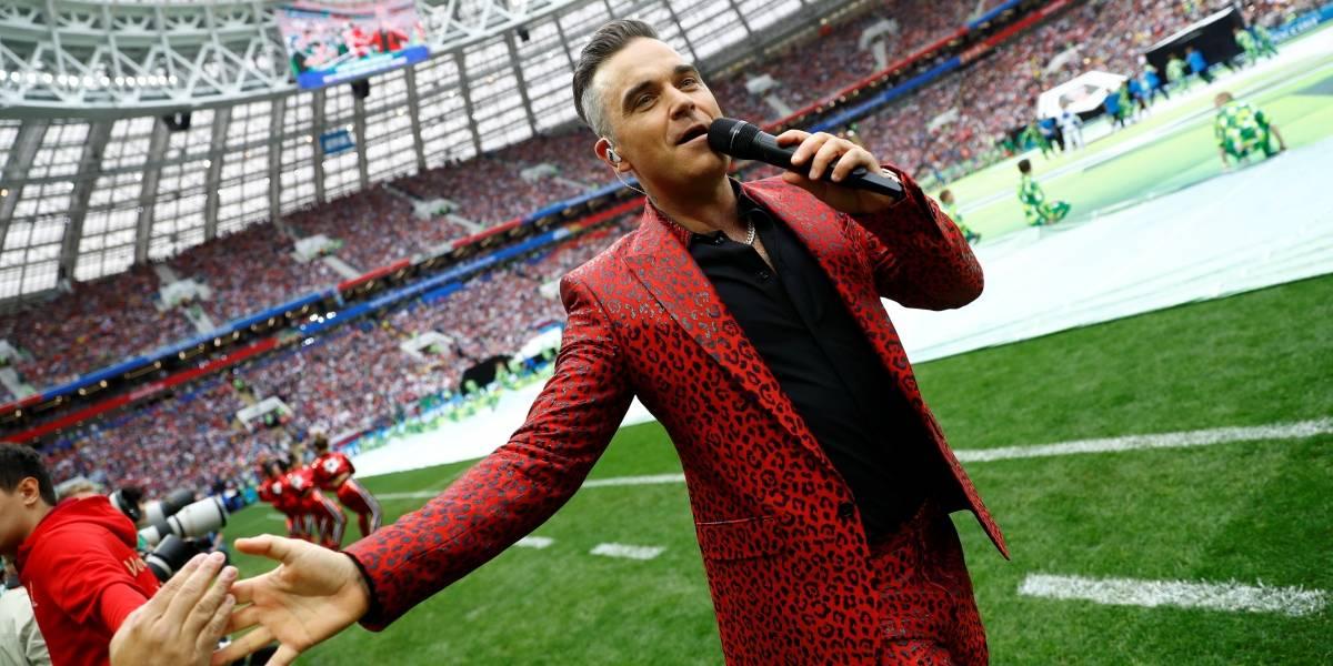 """""""Que deselegante"""": Robbie Williams faz gesto obsceno durante abertura da Copa do Mundo"""