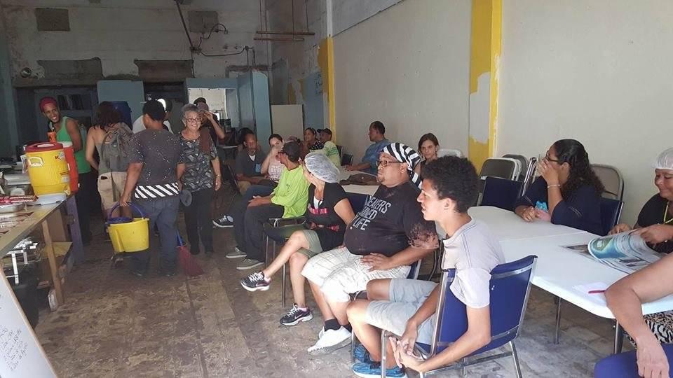 Foto: Voluntarios del CAM se reúnen para preparar el plan del día, antes de abrir el local para las personas/Tomada de Facebook/CAM