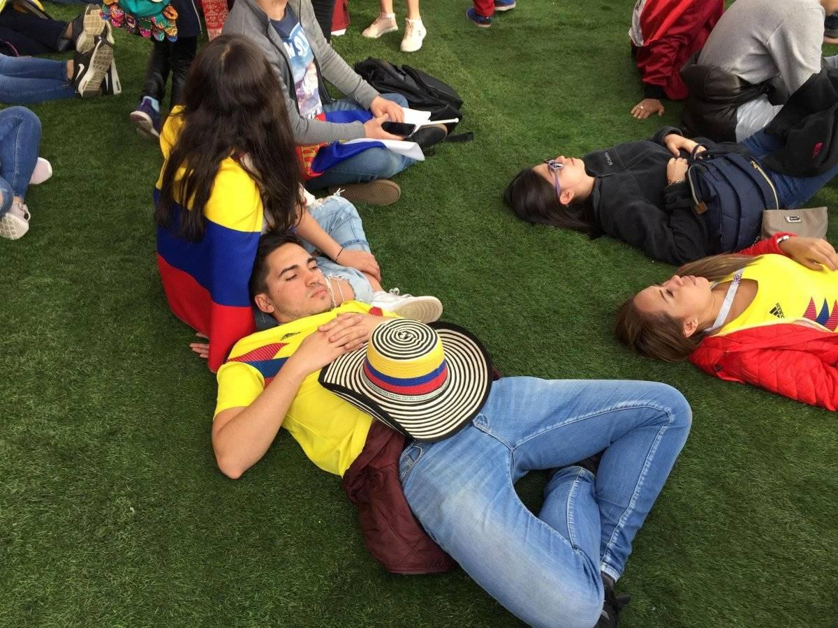 Algunos fanáticos colombianos que llegaron al edificio principal de la Universidad Estatal de Moscú encontraron un lugar en el césped para pasar la resaca de otra noche loca en Moscú inmediatamente después de la ceremonia de apertura