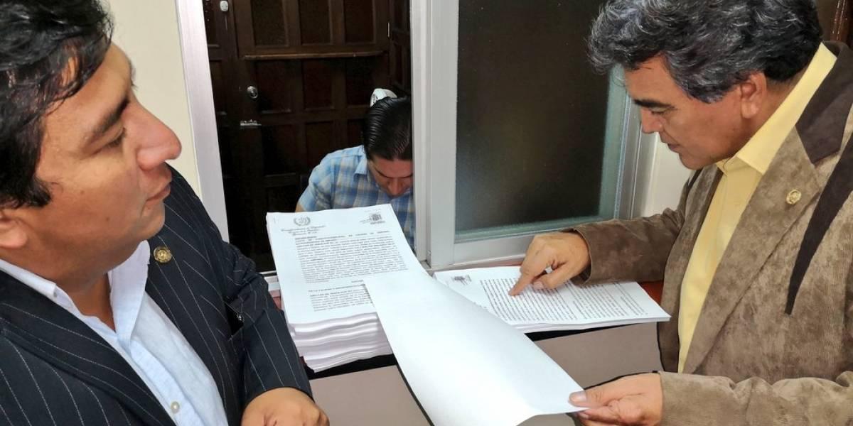 Diputados Amílcar Pop y Walter Félix presentan amparo contra iniciativa 5377
