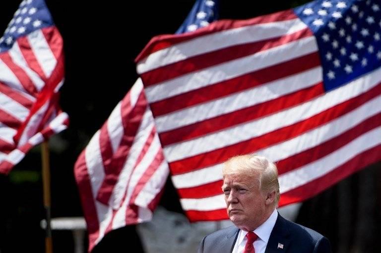 Donald Trump y banderas de Estados Unidos
