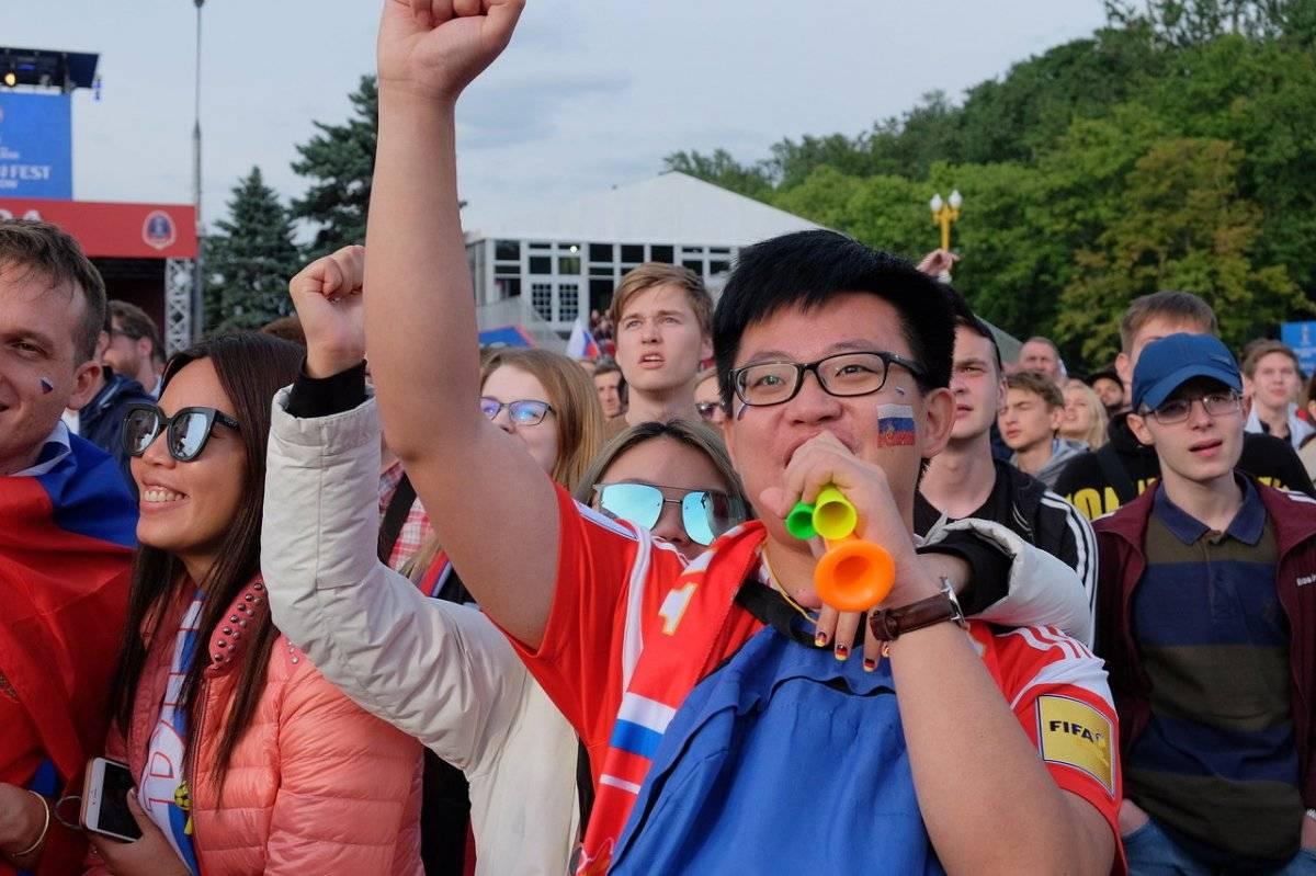 Residentes de China fueron al Fan Fest de Moscú para apoyar al equipo nacional ruso. Incluso se pintaron la bandera del país anfitrión en las mejillas y celebraron con alegría cada gol del encuentro