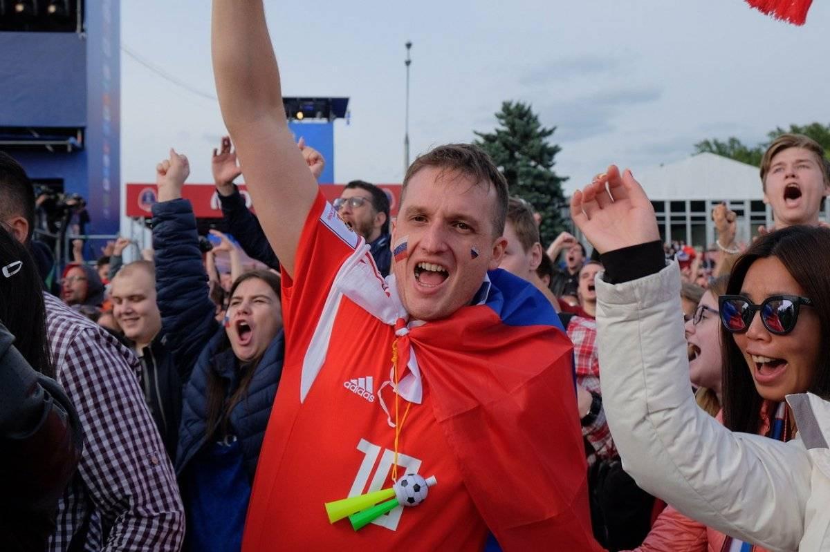 Fanático ruso celebra uno de los goles de su selección