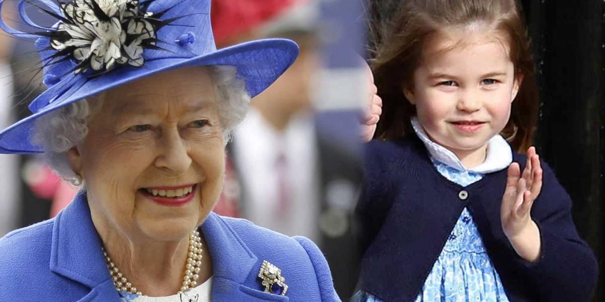 En fotos: El increíble parecido entre la Reina Elizabeth II y la princesa Charlotte