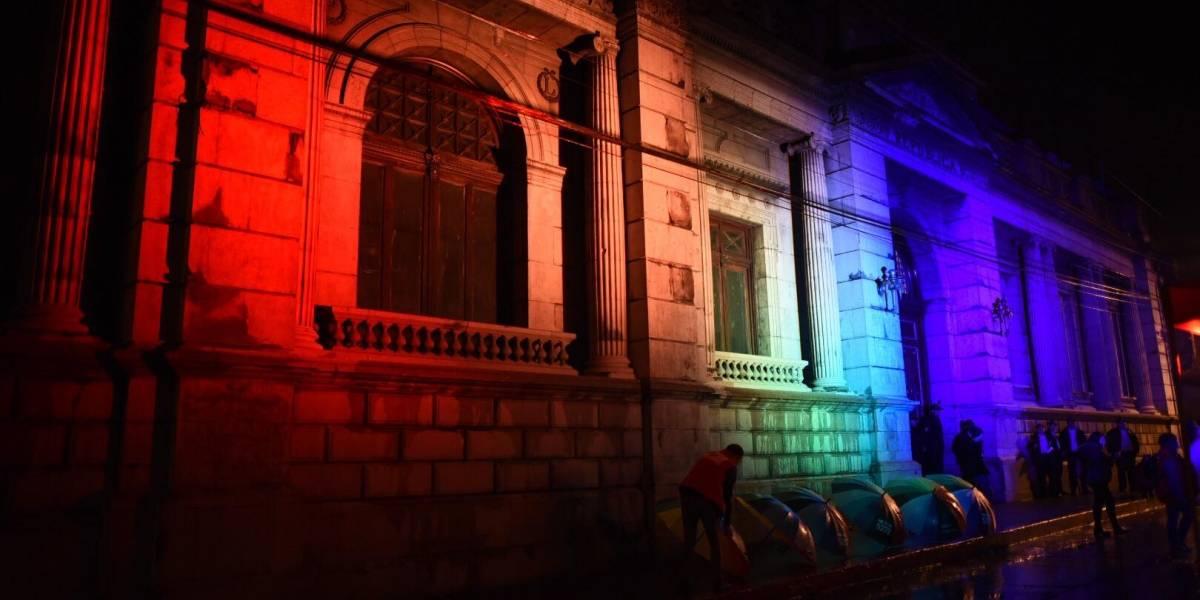 Proyectan bandera LGBTIQ en el Congreso para pedir respeto e inclusión