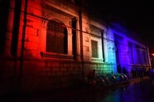 Iluminan el Congreso de la República con colores del arcoíris