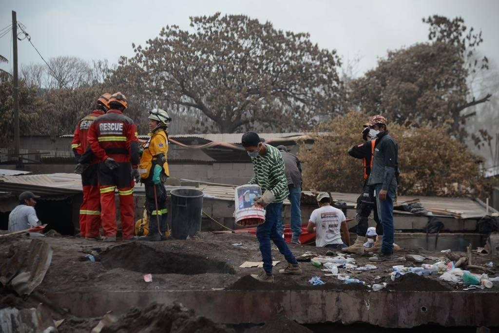 abores de búsqueda y rescate por erupción del volcán de Fuego