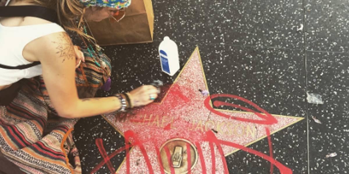 Paris Jackson limpa estrela de outro Michael Jackson na Calçada da Fama