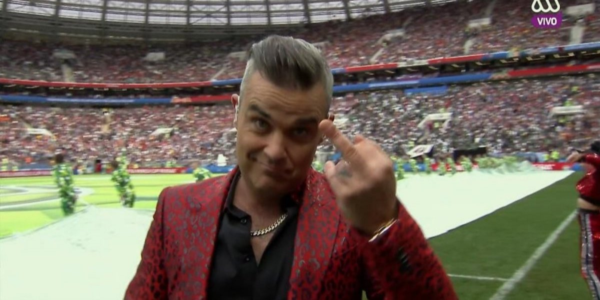 El polémico gesto de Robbie Williams que calentó la tibia ceremonia inaugural de Rusia 2018