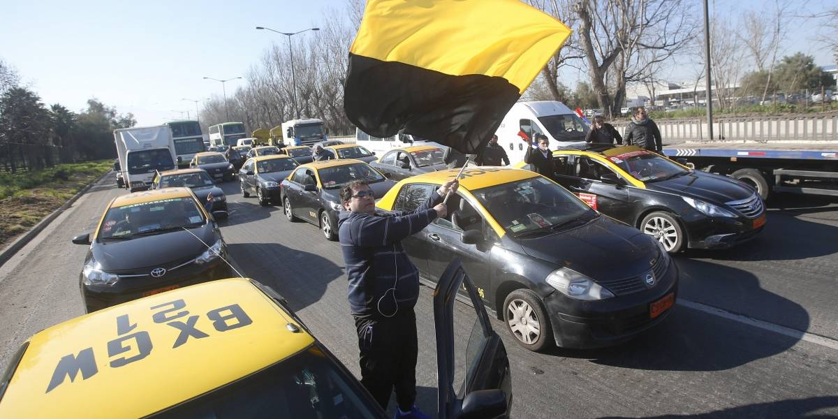 """Taxistas contra Uber: """"Nadie está por encima de la ley, apoyamos a carabineros contra la piratería"""""""