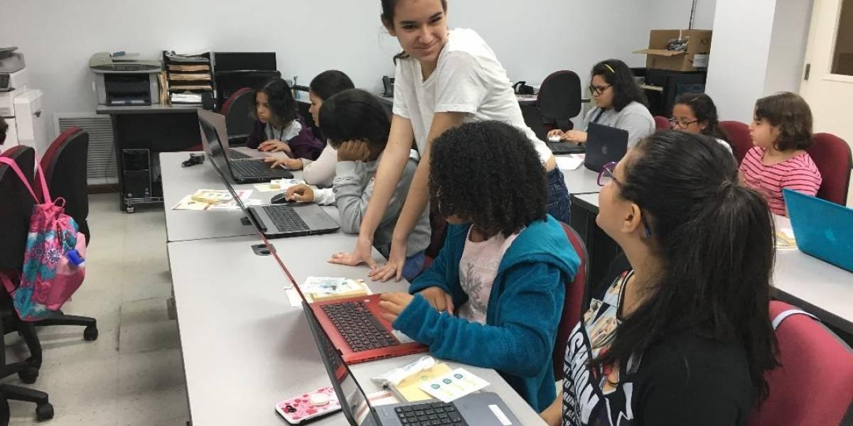 Adolescente crea programa para que niñas aprendan sobre tecnología