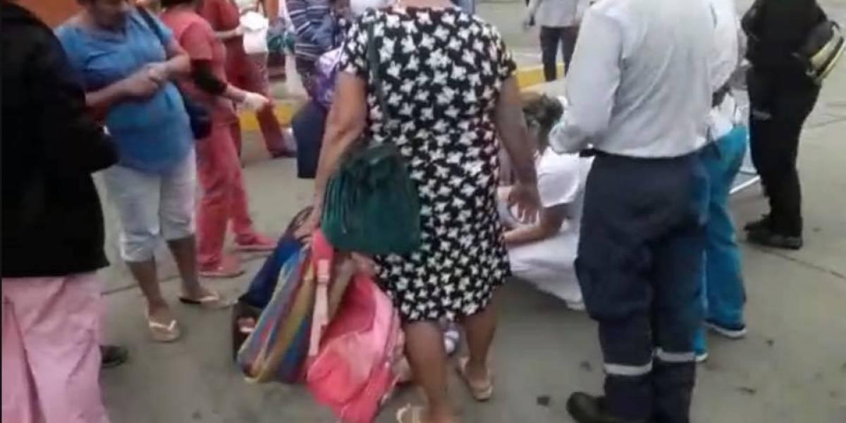 VIDEO: Mujer dio a luz en los exteriores de un hospital en Cañar