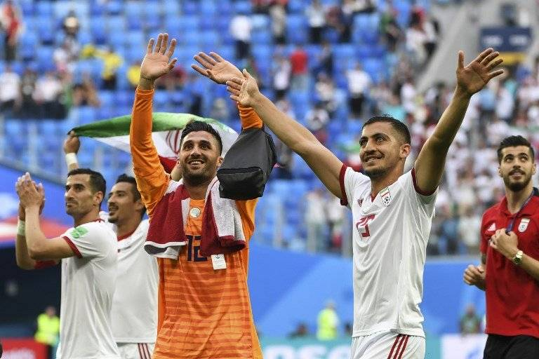 Los jugadores iraníes saludan a su afición tras el triunfo