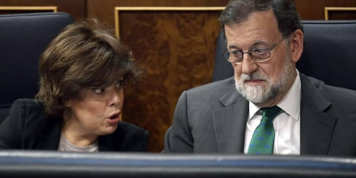 El ex presidente del gobierno español Mariano Rajoy abandona su escaño