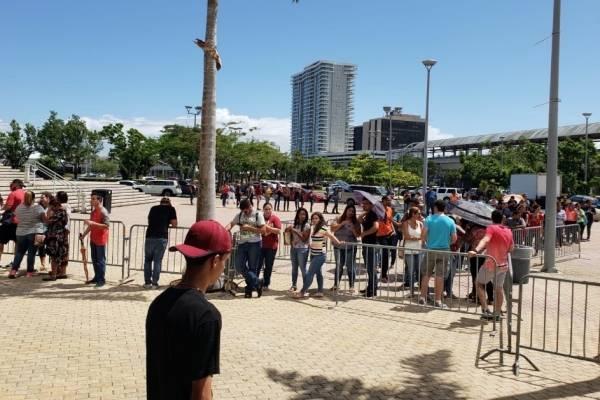 fila para compra de boletos concierto Wisin y Yandel