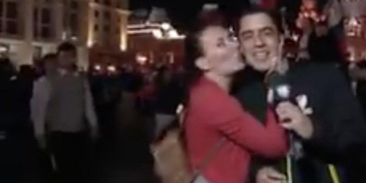 VIDEO: Besan a Andrés Vaca en plena transmisión