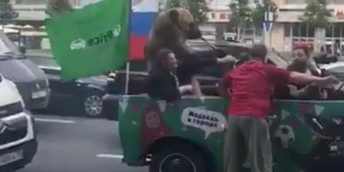 Esto será lo más estrambótico del Mundial de Rusia que verás hasta ahora: un oso tocando la vuvuzela
