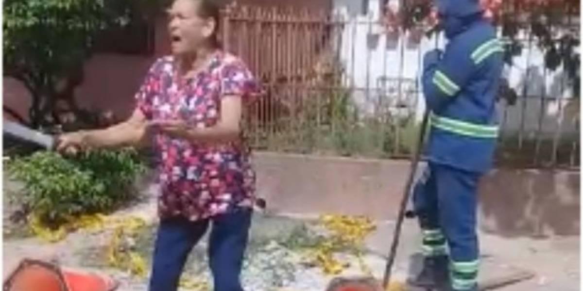 A machete, mamá de alcaldesa de Sincé evitó que le cortaran el agua en su casa