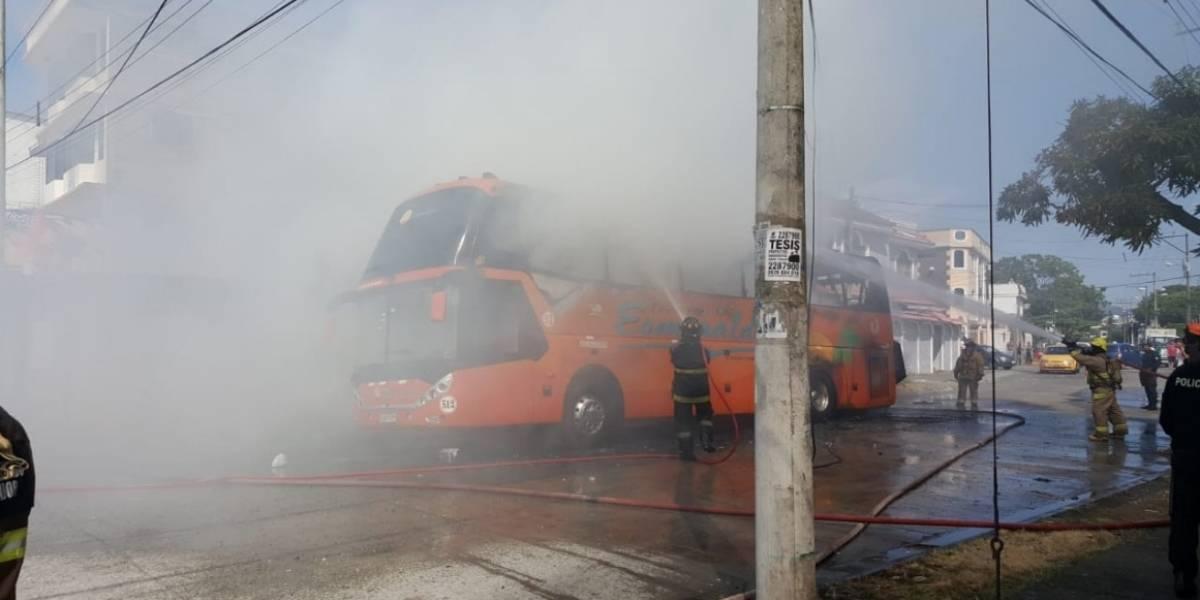 Incendio de bus de cooperativa de transporte se registra en Guayaquil