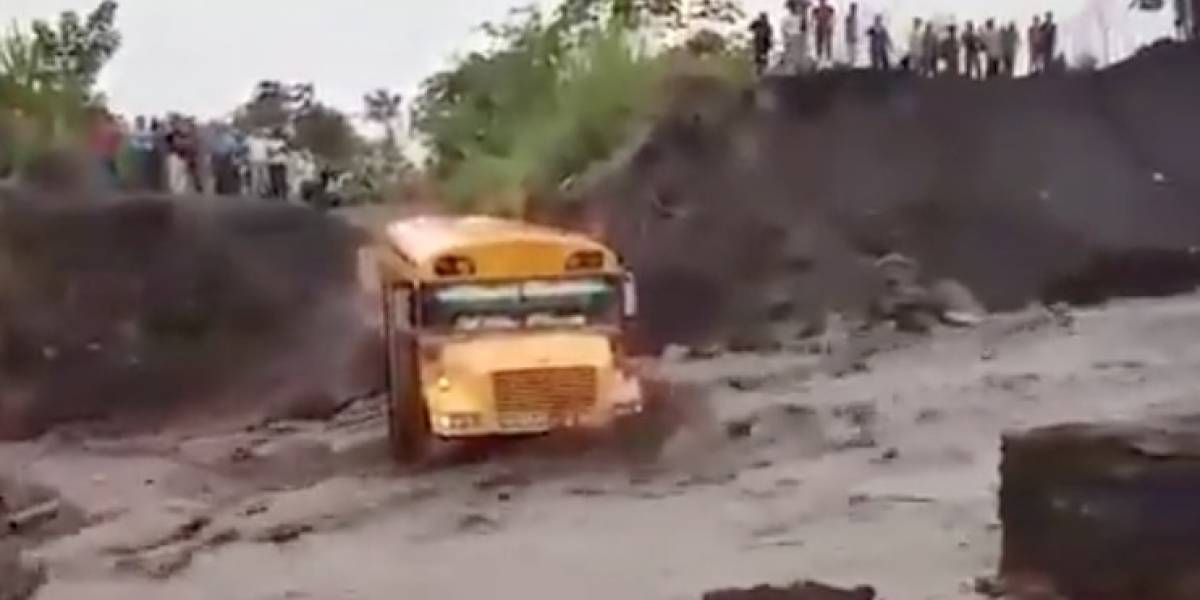 VIDEO. Bus es arrastrado por un río