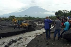 Varios ríos han incrementado su caudal por la caída de piedras por el volcán de Fuego.