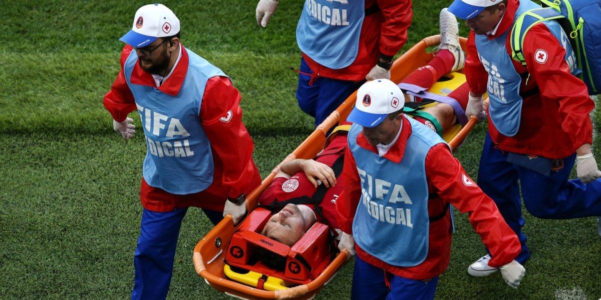 ¡Preocupación! Jugador danés salió del campo en muy mal estado, ante Perú