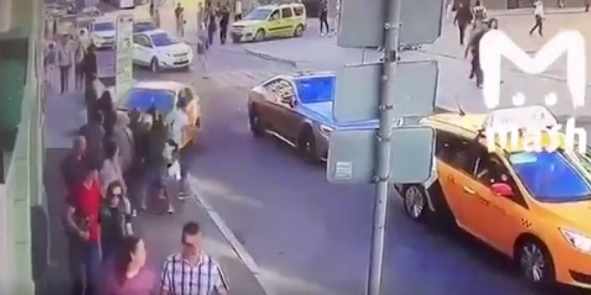 VIDEO: Momento exacto donde taxista atropella a mexicanas en Rusia