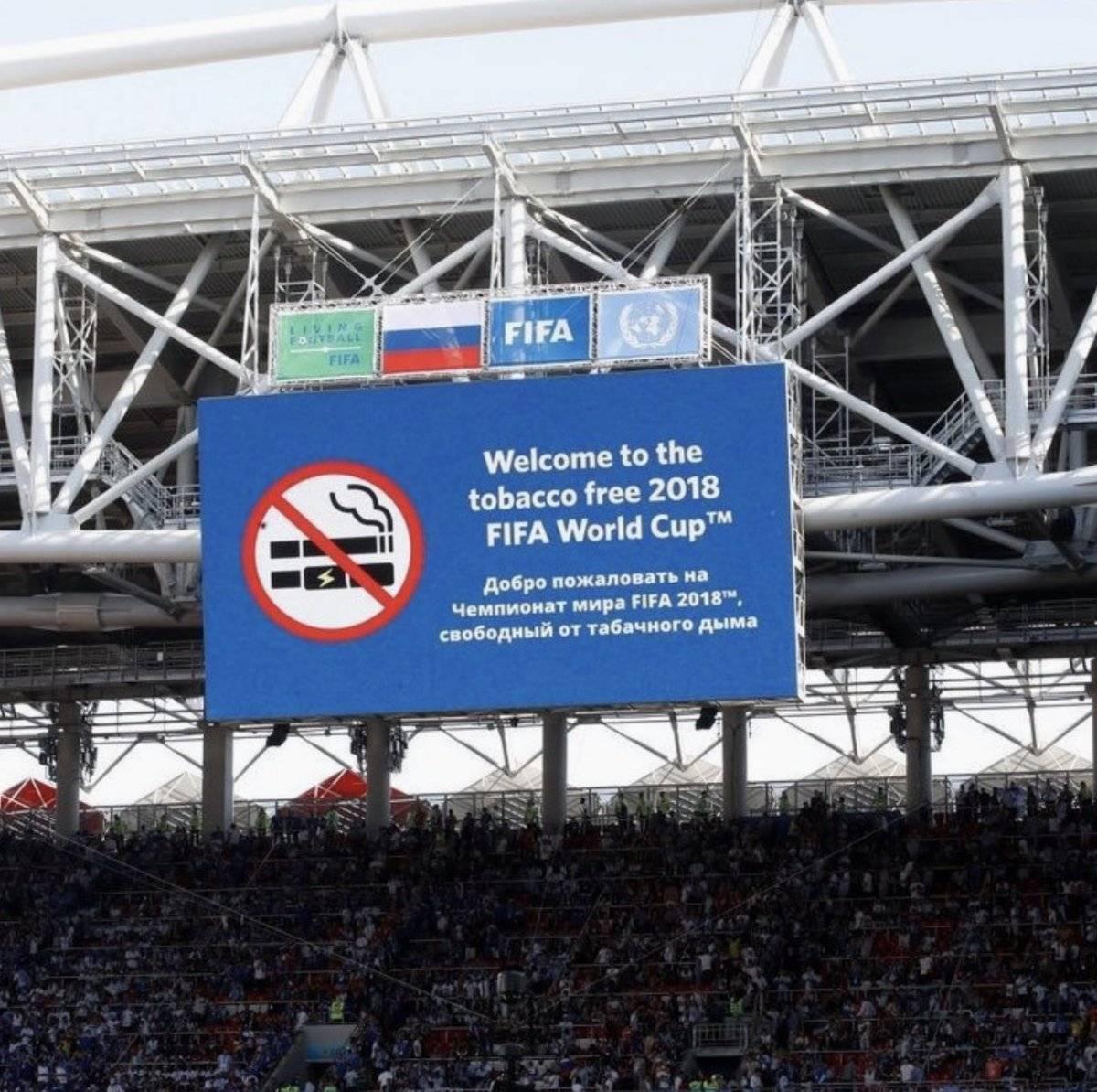 Maradona fuma en estadio libre de humo Twitter
