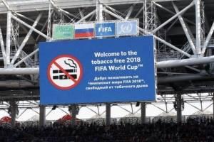 Maradona fuma en estadio libre de humo