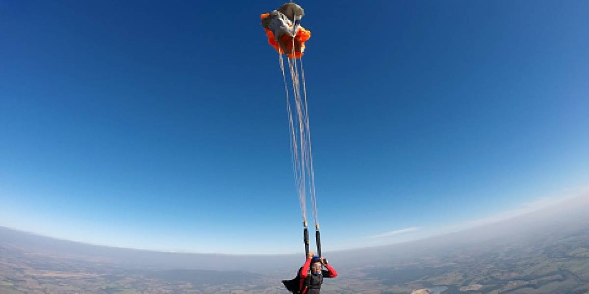 Quería cobrar el seguro de la esposa y le saboteó el paracaídas: ella sobrevivió y él recibió perpetua