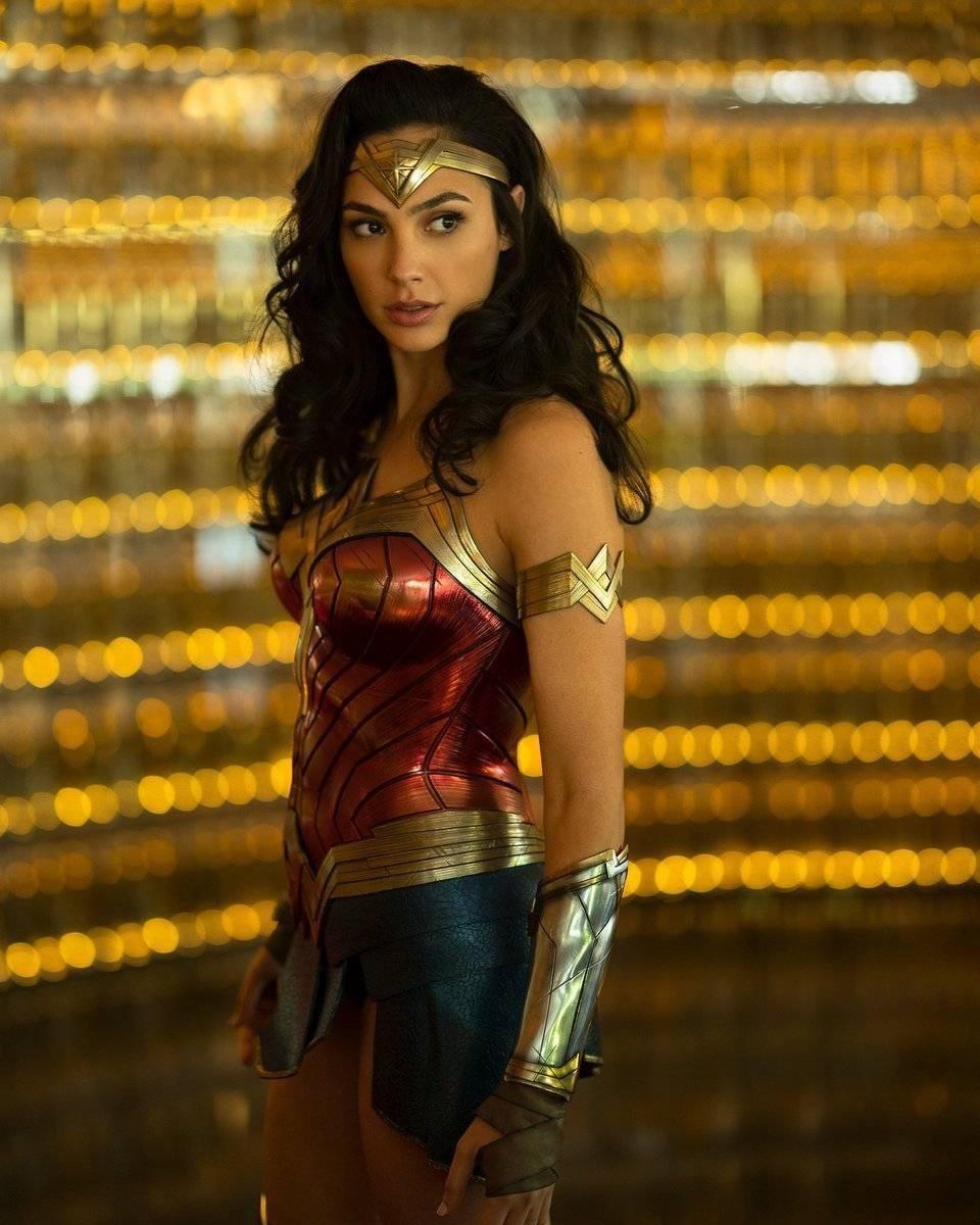 Gal Gadot comparte foto con traje de Wonder Woman 1984