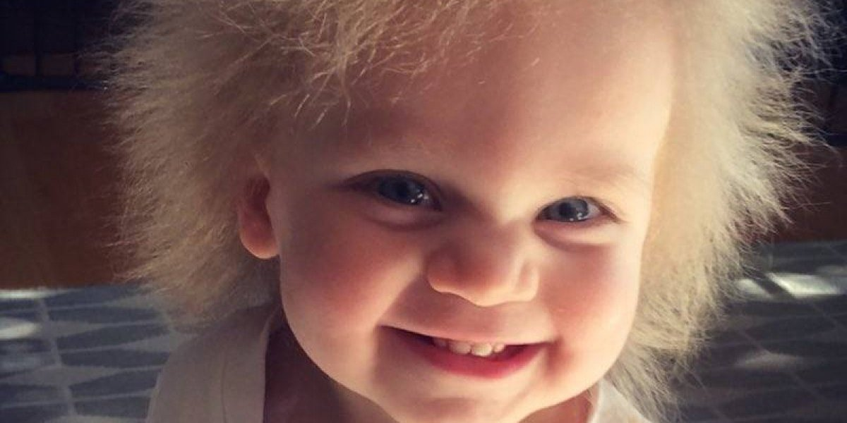 Una bebé imposible de peinar cautiva las redes sociales con su look