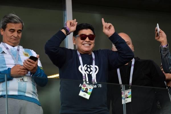 Diego Armando Maradona fue visto fumando en estadio del Mundial