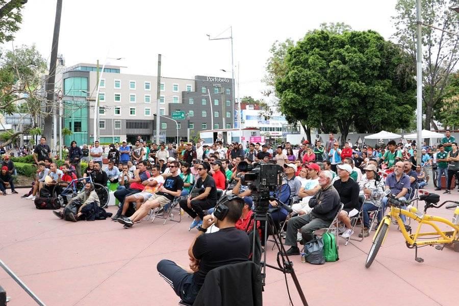 Las personas atendían el partido en la pantalla que se instaló en el Parque de la Revolución. FOTO: Héctor Escamilla