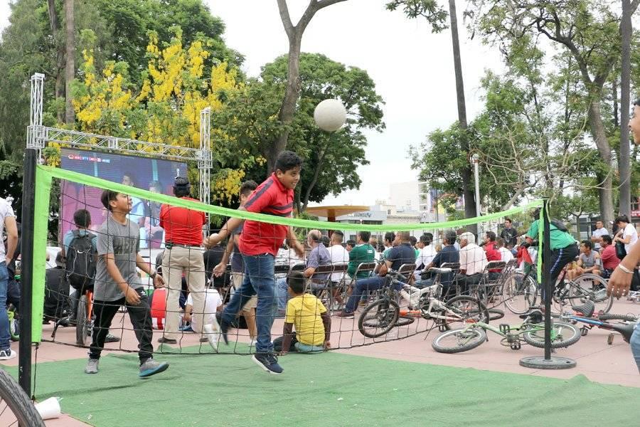 Algunos no ponían atención al juego, ellos tenían sus propios partidos en la Vía Recreactiva. FOTO: Héctor Escamilla