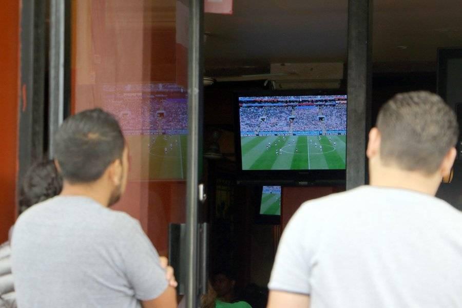 Donde se pudiera, las personas trataban de encontrar pantallas para ver el juego.